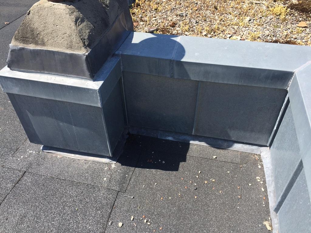 Bitumen dakbedekking en zink op plat dak