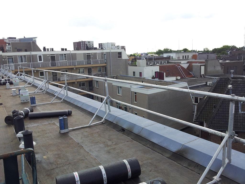 Dakrandbeveiliging aanbrengen op dak appartementencomplex